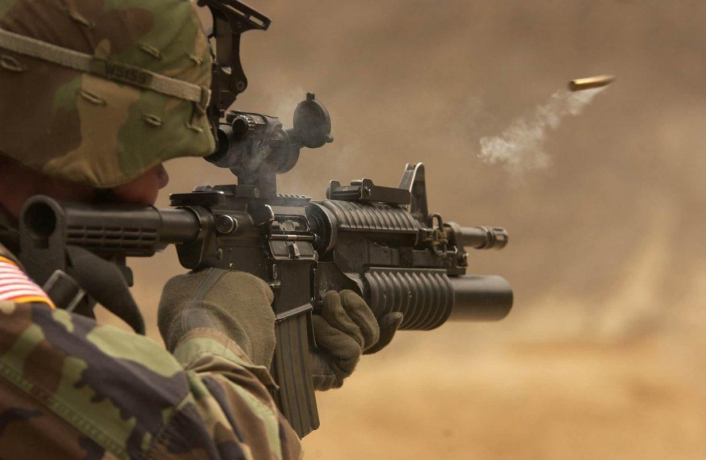 Ein Patrone wird aus einem Sturmgewehr abgefeuert.