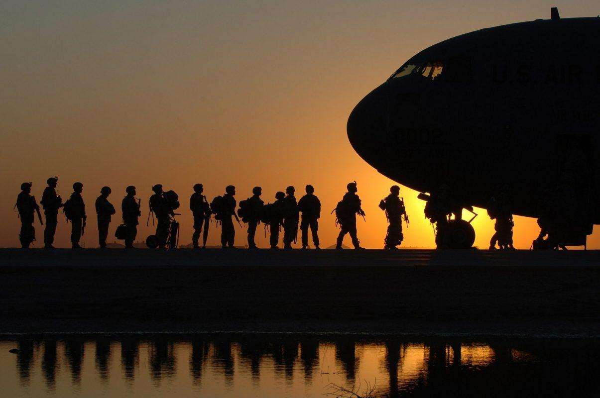 US-Soldaten bereiten sich auf einen Transportflug vor.