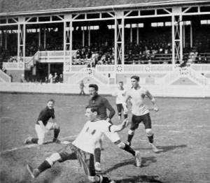 Österreich (weiße Trikots) gegen Deutschland bei den Olympischen Sommerspielen 1912.