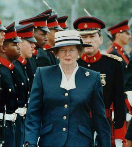 Margaret Thatcher bei einem Truppenbesuch auf Bermuda am 12. April 1990. Gemeinfrei.
