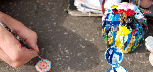 Der englische Künstler Ben Wilson bemalt festgetretene Kaugummis auf Bürgersteigen. Foto: Salim Fadhley; CC BY-SA 2.0