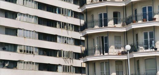 Die Aufnahme wurde Ostern 2003 erstellt. Die Häuser stehen zu diesem Zeitpunkt an der Küste von Brighton und verdeutlichen den Gegensatz von Arm und Reich.