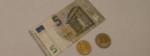 Die Mindestsicherung in Österreich beträgt etwa 7,50 Euro pro Tag.