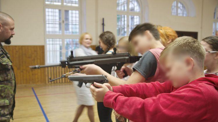 Die Militarisierung der Gesellschaft: Erziehung zum Krieg in tschechischen Schulen