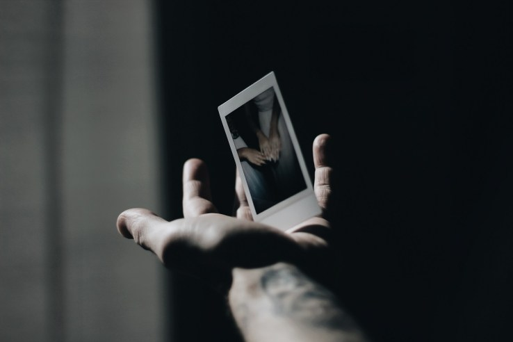 Ein Bild in der Hand. (Foto: Felipe P. Lima Rizo, Unsplash.com)
