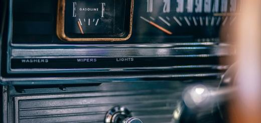 Tankanzeige eines alten Autos. (Foto: Igor Ovsyannykov; Unsplash.com)