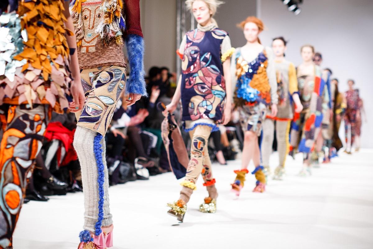 Fashion auf dem Laufsteg. (Foto: Kris Atomic; Unsplash.com)