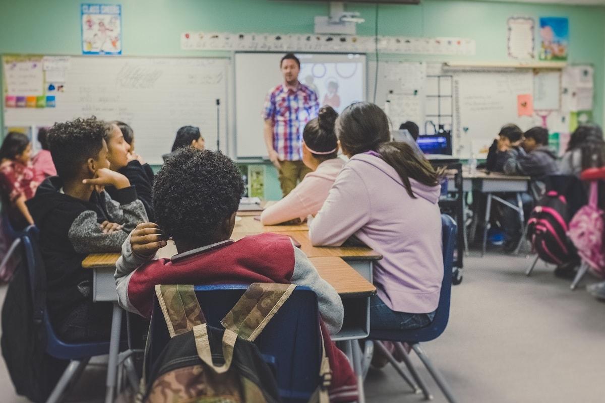 Lehrer und Kinder beim Schulunterricht. (Foto: Neonbrand, Unsplash.com)