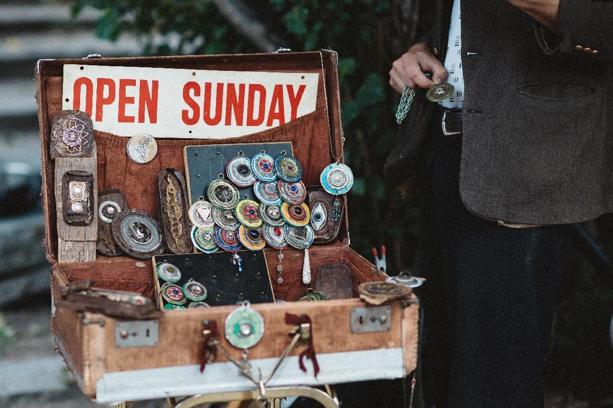 Verkauf aus dem Koffer. (Foto: Roman Kraft; Unsplash.com)