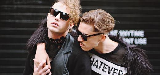 Männer halten sich im Arm. (Foto: Toa Heftiba, Unsplash.com)