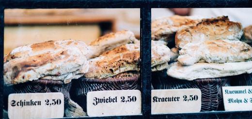 Brotsorten in einer Bäckerei. (Foto: Roman Kraft, Unsplash.com)