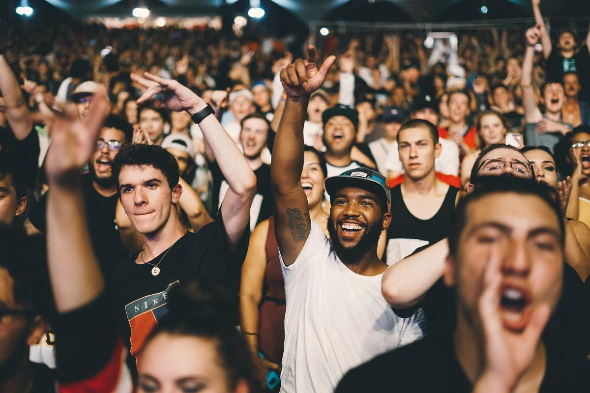 Gemeinsam sind wir stark! Menschen in einem Stadion jubeln. (Foto: Nicholas Green, Unspalsh.com)