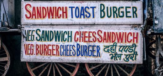Alte Werbung für Burger und Hot Dogs. (Foto: Igor Ovsyannykov, Unsplash.com)