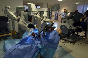 Der Chirurgieroboter DaVinci bei einer Demonstration auf dem Cambridge Science Festival 2015. (Foto: Cmglee, eigenes Werk, CC BY-SA 3.0.)