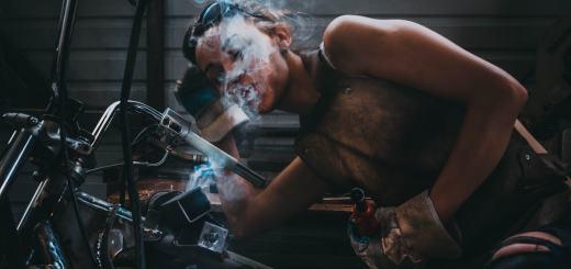 Eine Frau arbeitet in einer Werkstatt. (Foto: Yaroslav Maltsev, Unsplash.com)
