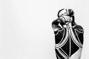 Mann vor der Wand. (Foto: Jake Davies by Sasha Samusevich, Unsplash.com)