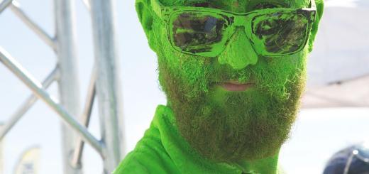 Ein Mann mit grüner Farbe im Gesicht. (Foto: Adam Whitlock, Unsplash.com)