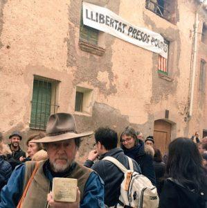 Der Künstler Gunter Demnig mit dem Stolperstein für Lluís Companys. (Foto: Heike Keilhofer)