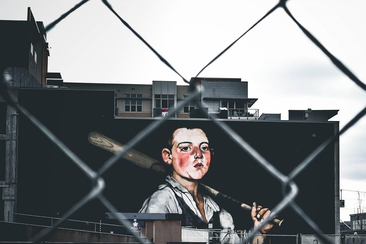 Junge mit Baseballschläger. (Foto: Jordan Andrews, Unsplash.com)