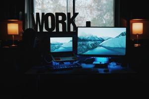 Arbeit am Computerbildschirm. (Foto: Patrick Tomasso, Unsplash.com)
