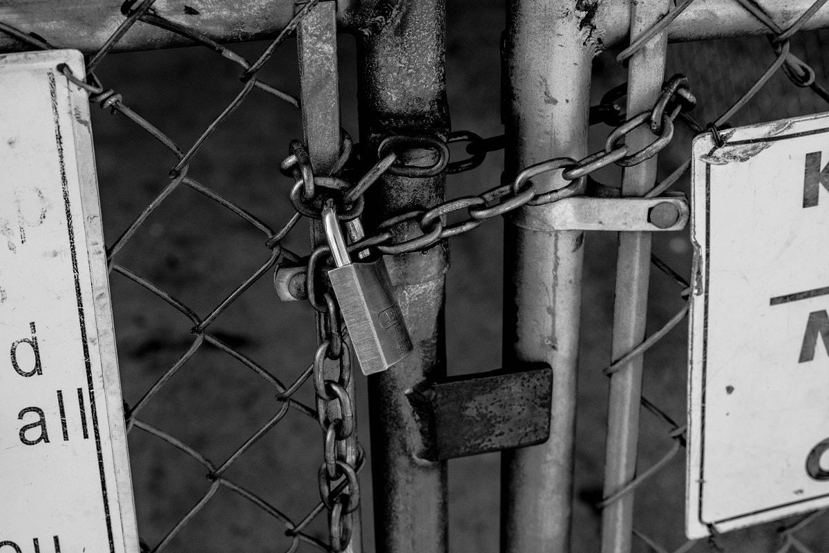 Ein Schloss vor einem Tor. (Foto: Randy Assell, Unsplash.com)