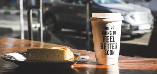 Kaffeebecher mit Aufdruck. (Foto: Alireza Attari, Unsplash.com)