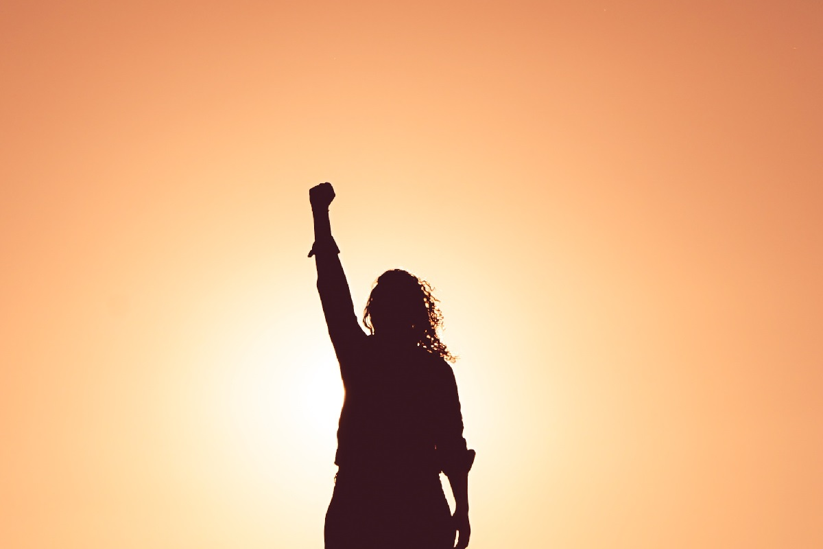Standing with a fist. (Foto: Miguel Bruna, Unsplash.com)
