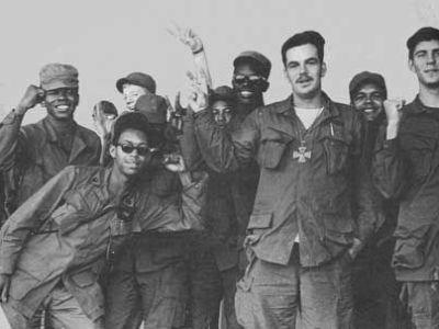 Vietnam GIs. Teilnehmer am Vietnamkrieg mit Peace-Zeichen. (Foto: Libcom.org)