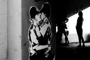 Street Art and kiss me. (Foto: Iurii Melentsov, Unsplash.com)