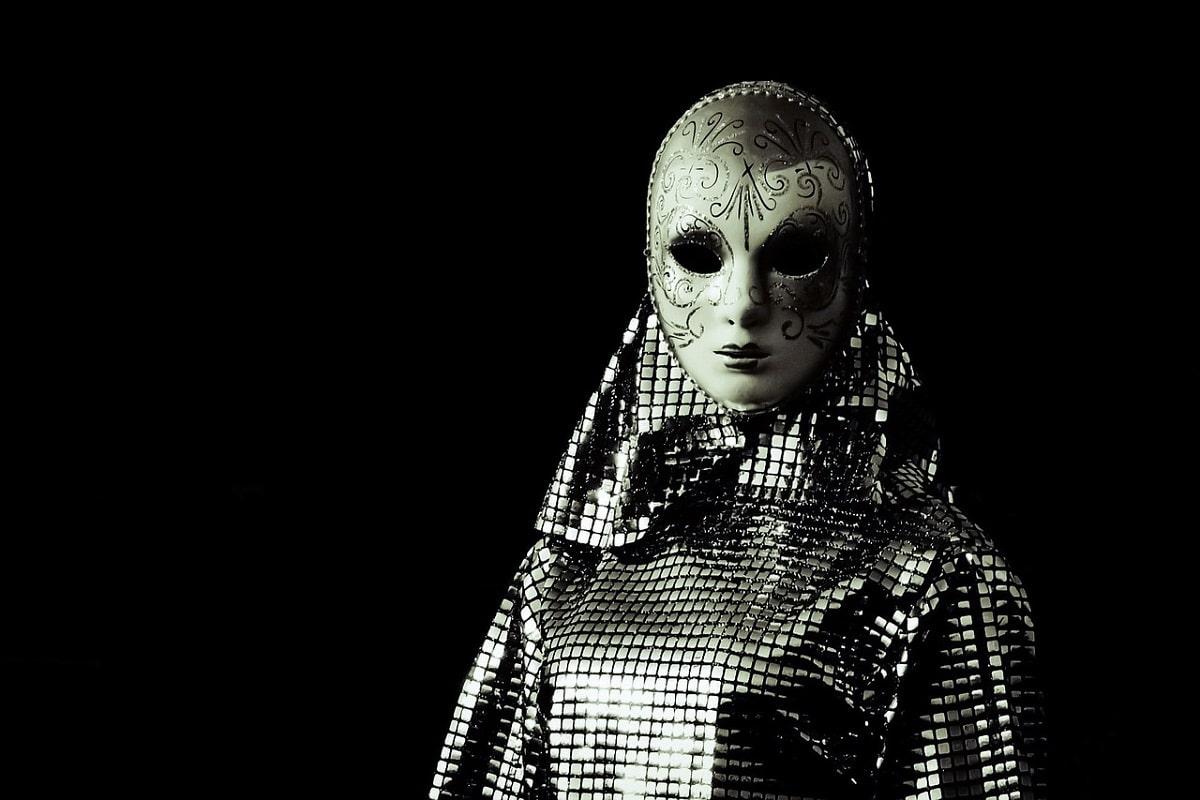Maske in Schwarz und Weiß. (Foto: Dimitris Vetsikas, Pixabay.com, Creative Commons CC0)