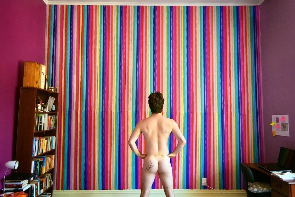 Nackter Mann in einem Zimmer. (Foto: haydenweal, Pixabay.com, Creative Commons CC0)