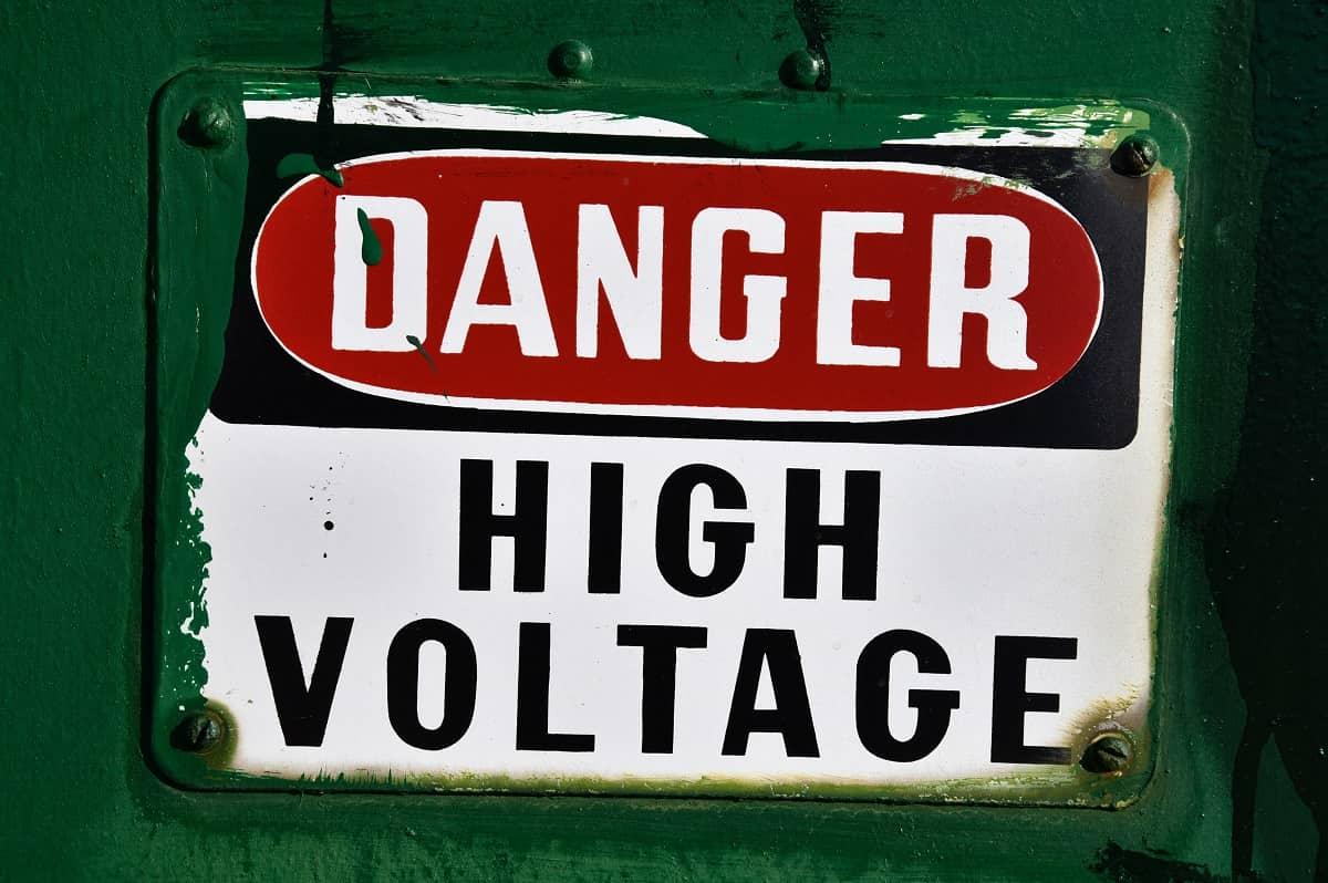 Vorsicht Hochspannung. Danger High Voltage. (Foto: Ben Hershey, Unsplash.com)