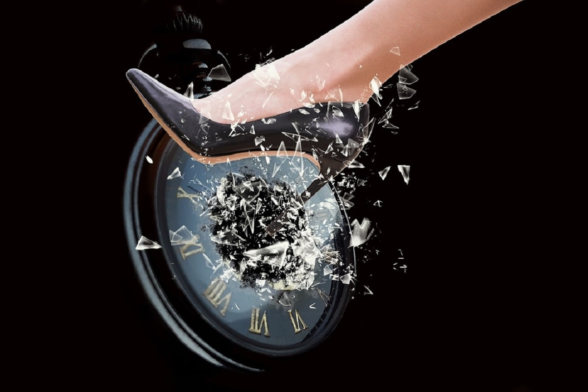 Crush. Eine Uhr die zertreten wird. (Illustration: Willgard Krause, Pixabay.com, Creative Commons CC0)
