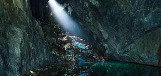 Autowracks in einer Höhle in Wales stehen symbolisch für den Film Wolfzeit. Es ist das Ende der Zivilisation. (Foto: oldskool photography, Unsplash.com)