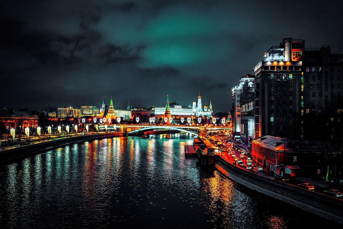 Moskau, die Hauptstadt von Russland, fotografiert bei Nacht. Der Fluss Moskwa und der Kreml sind zu sehen. (Foto: Serge Kutuzov, Unsplash.com)