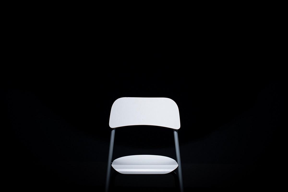 Weißer Stuhl, schwarzer Hintergrund, ein Gespräch über die Rote Brigaden. (Foto: Daniel McCullough, Unsplash.com)