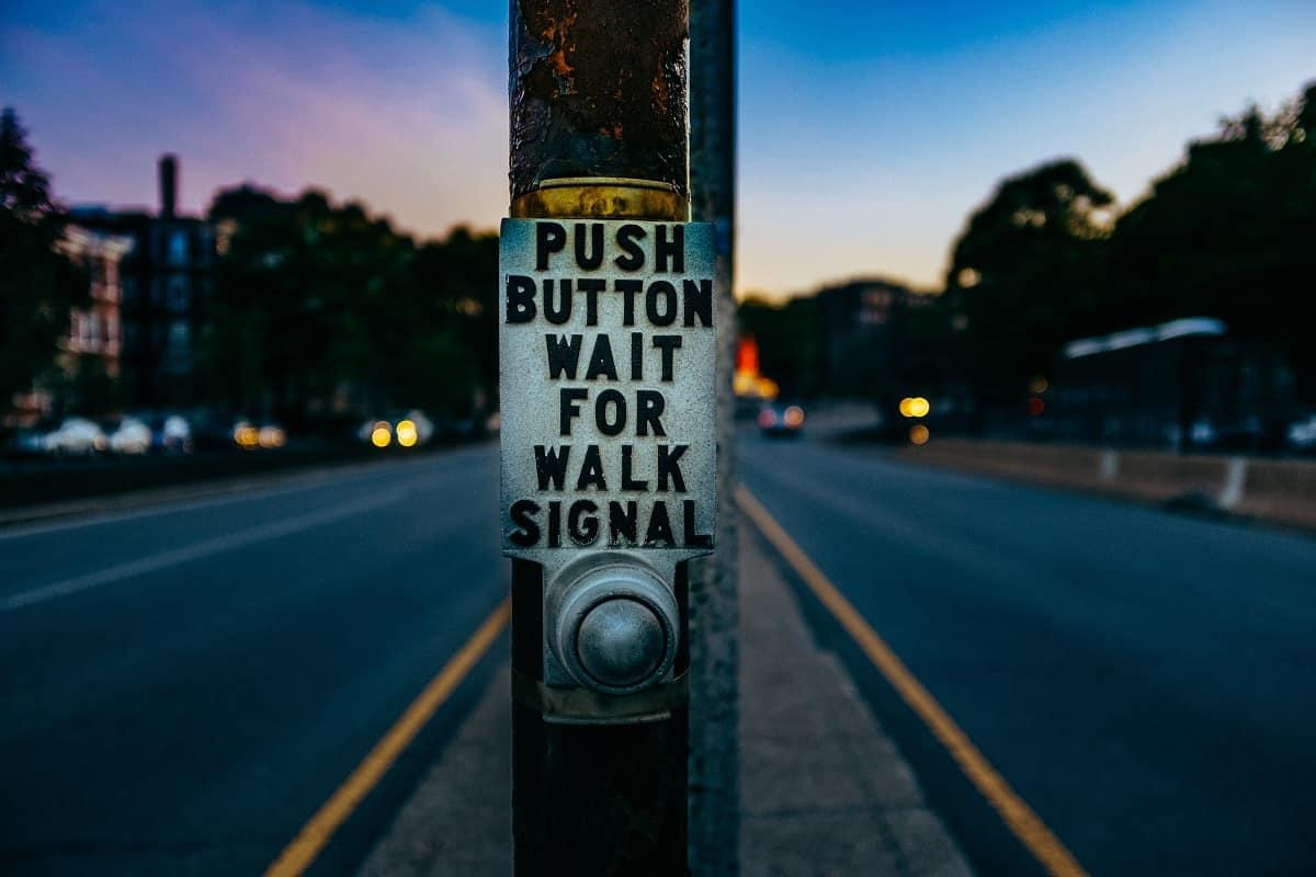 Die Straße ist frei, aber das Signal ist abzuwarten. Die Kontrolle der Steuergelder wartet auf Signale der Politik. (Foto: Ashim D'Silva, Unsplash.com)