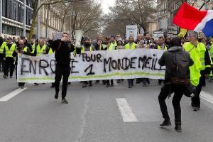 Gelbe Weste in Frankreich. (Foto: Patrice Calatayu, CC BY-SA 2.0, cropped); Demonstration der Gelbwesten in Bordeaux im Februar 2018.)