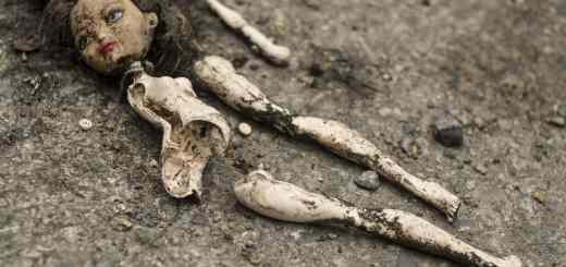 Ein Symbol für die Verleumdungskampagne gegen Greta Thunberg; Broken doll on the road. (Foto: Viktor Forgacs, Unsplash.com)