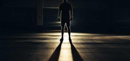 Ein Mann im Schatten als Symbol der Machteliten in der Welt. (Foto: Jaanus Jagomagi, Unsplash.com)