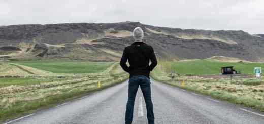 Ist hier eine Allianz zu finden? Ein Mann und eine Straße auf Island. (Foto: Anthony Tori, Unsplash.com)