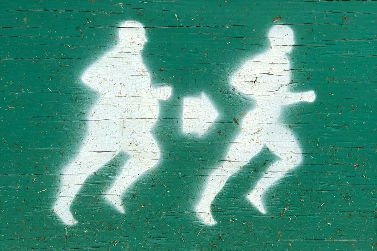 Wichtig ist auf dem Platz! Ein Schild mit laufenden Männern. (Foto: Renee Fisher, Unsplash.com)