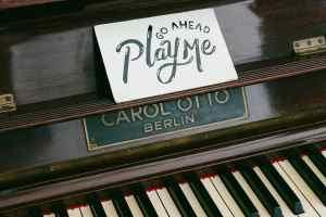 Play me steht auf einem Klavier. Carles Puigdemont sprach in Berlin über Unabhängigkeit. (Foto: Rukma Pratista, Unsplash.com)