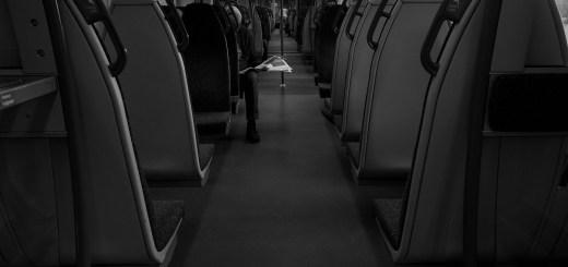Journalismus auf Papier. Ein Mann mit einer Zeitung in einer U-Bahn in London. (Foto: Tim Bechervaise, Unsplash.com)