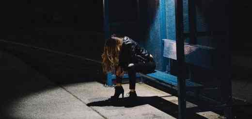 Jeder wird sich dem Abenteuer Künstliche Intelligenz stellen müssen. Eine Frau an einer Haltestelle in Los Angeles. (Symbolfoto: Edwin Andrade, Unsplash.com)