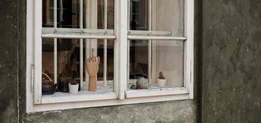 Fuck the Economy - Der Stinkefinger im Fenster. (Symbolfoto: Sascha Matuschak, Unsplash.com)