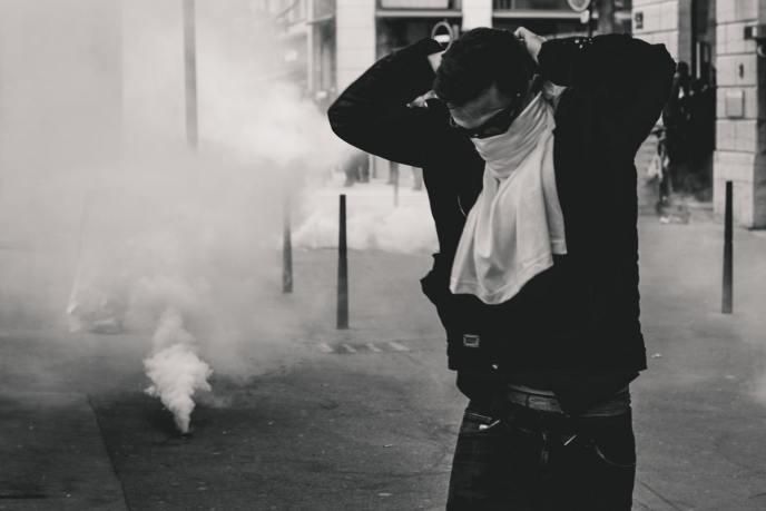 Ein Aufstand geht mit Gewalt einher. In Frankreich setzt die Polizei Tränengas gegen Demonstranten ein. (Symbolfoto: Ev, Unsplash.com)