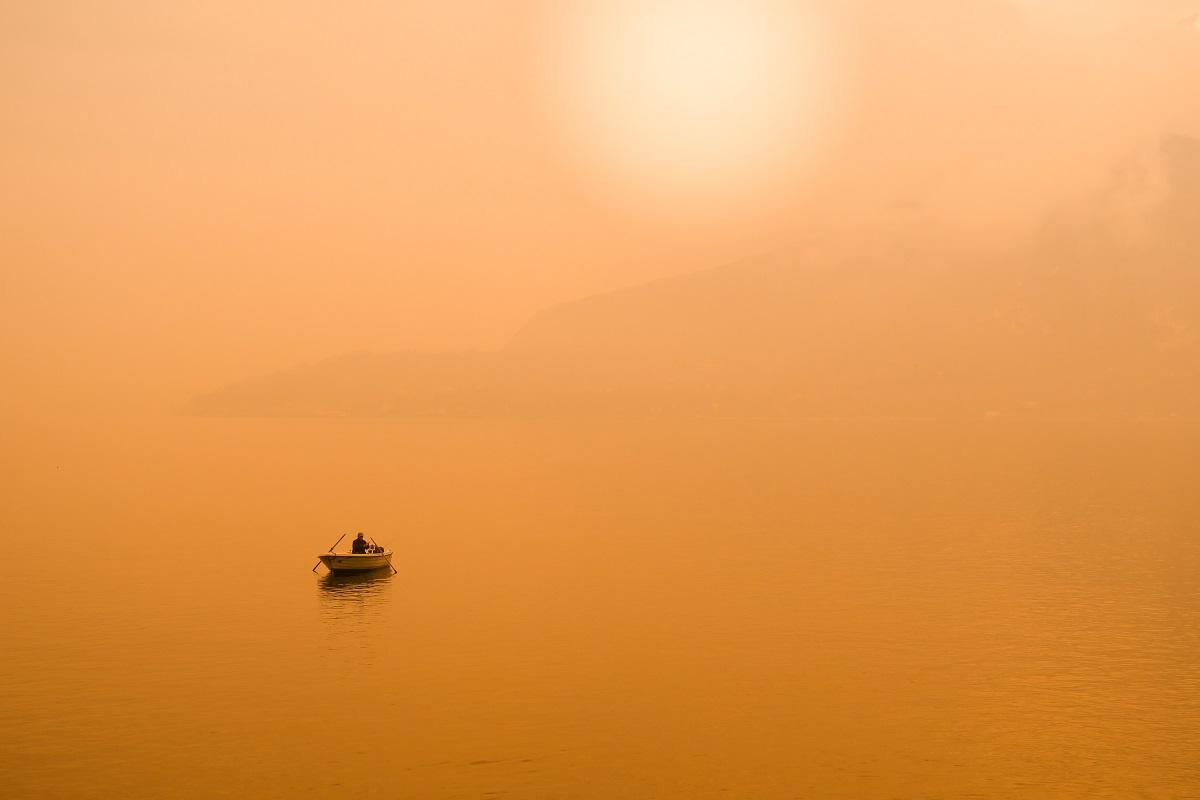 Verschwörungstheorien tauchen auf, wo Kritik unerwünscht ist. Ein Fischerboot in der Provinz Lecco in Italien. (Foto: Daniele Levis Pelusi, Unsplash.com)