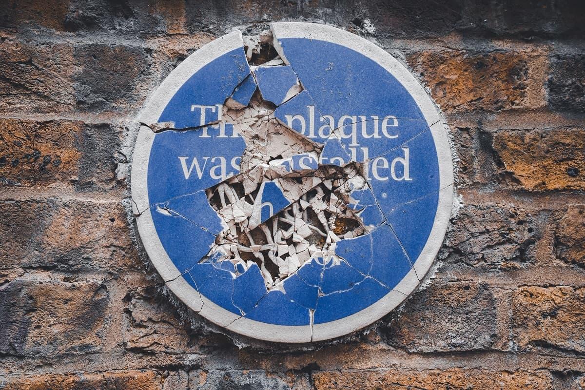 The Future of War symbolisiert durch ein kaputtes Schild in London. (Symbolfoto: Julian Hochgesang, Unsplash.com)