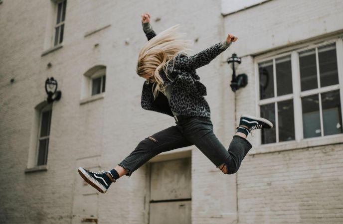 Eine Frau springt in die Luft. Foto Adrianna Van Groningen, Unsplash